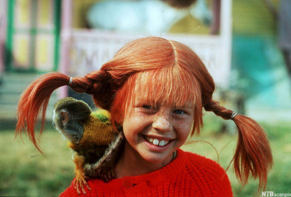 Pippi Langstrømpe med apekatt på skulderen. Foto.