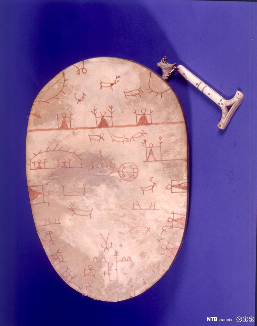 Et fotografi av en samisk runebomme.