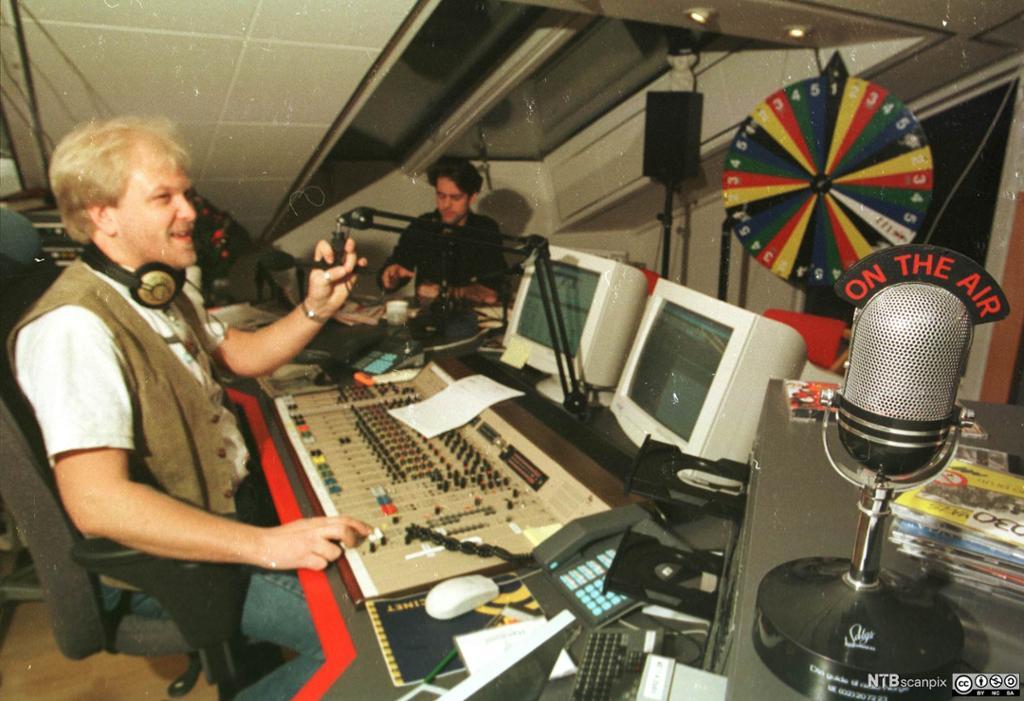 Radio1-reporterne Stein Johnsen og Rune Dahl forbereder seg til programstart. Bilde.