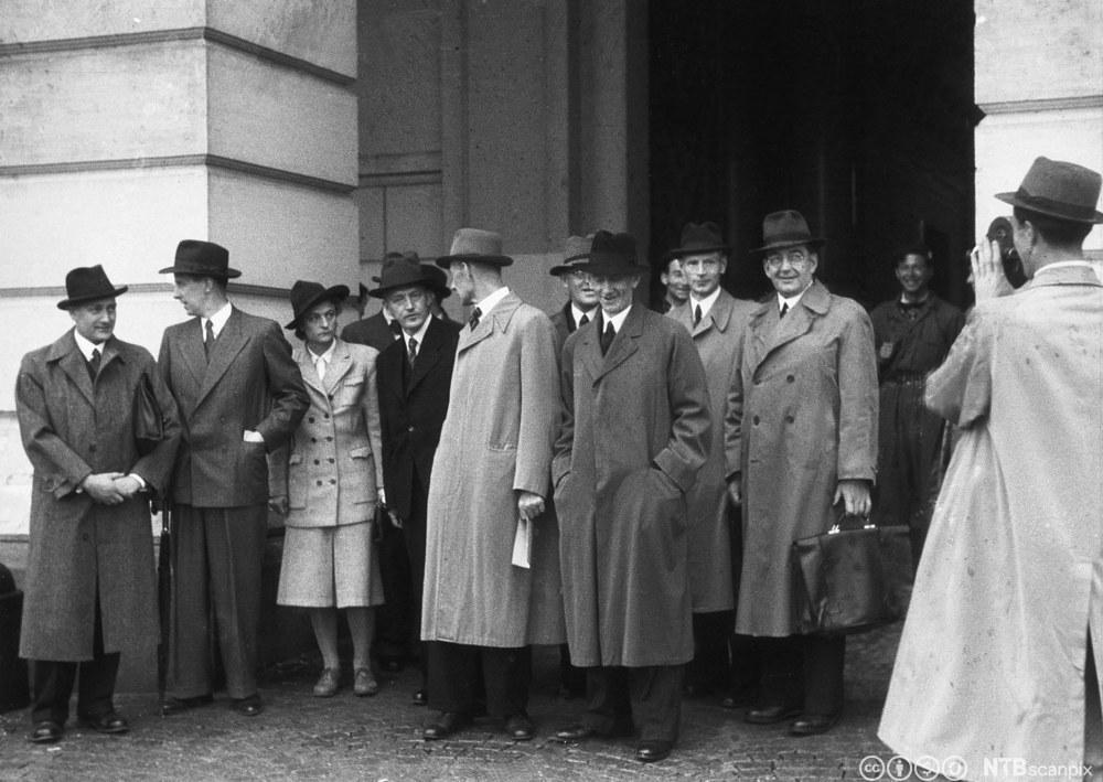 Den norske samlingsregjeringen i 1945 ved slottet. Foto.
