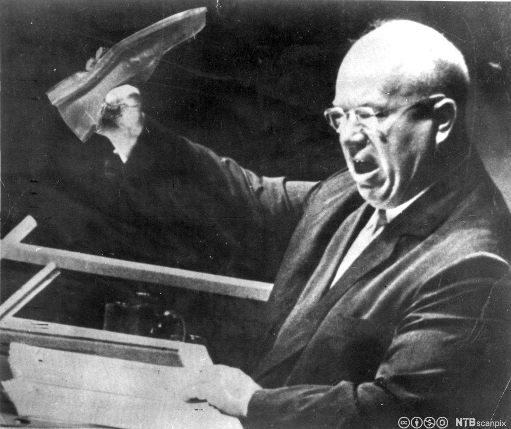 Manipulert bilde av Krutsjov som holder en sko. Foto.