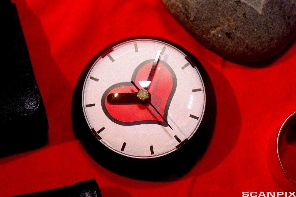 Klokke med hjerte. Foto.