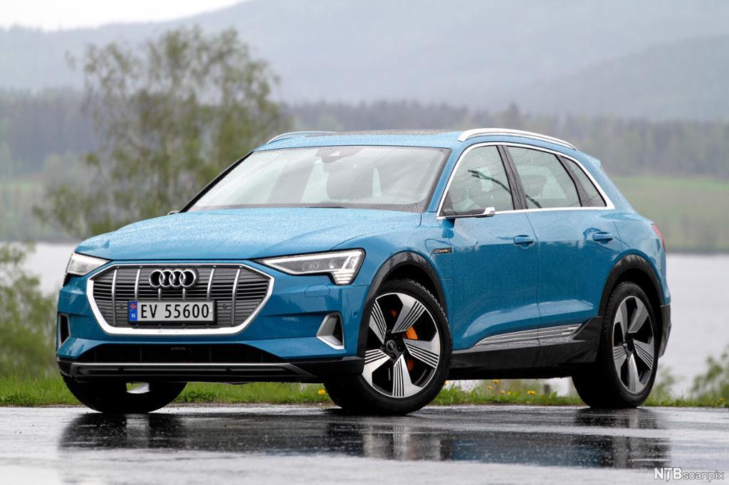 Blå Audi e-tron på parkeringsplass. Foto.