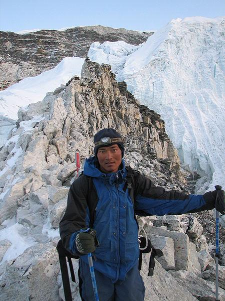 Sherpa høyt til fjells i Himalaya. Foto.