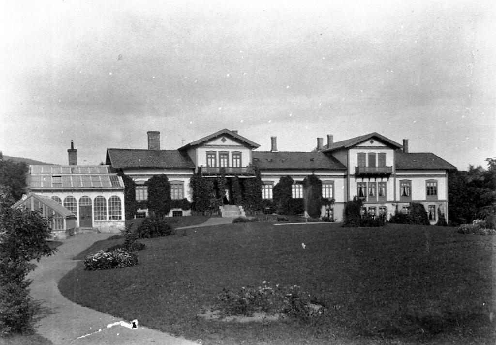 Sinsen gård med hovedhus og vinterhage. Foto.