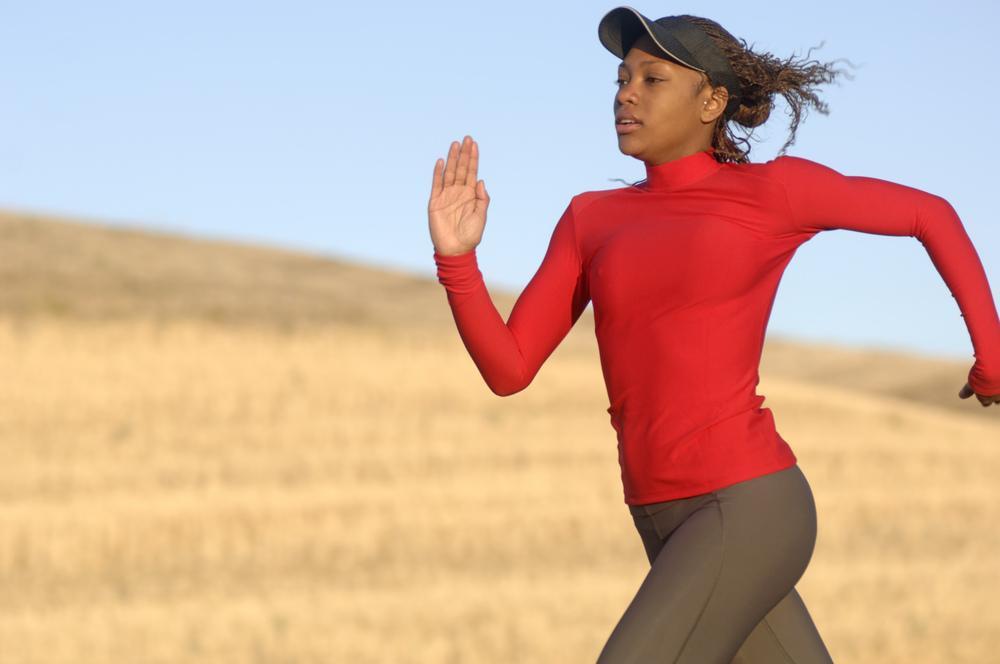 Kvinne løper. Foto.
