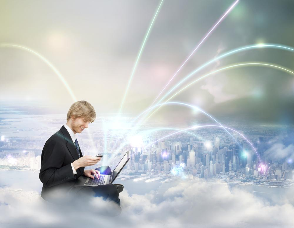 Mann på sky sender ut signaler fra mobil og PC. Illustrasjon.