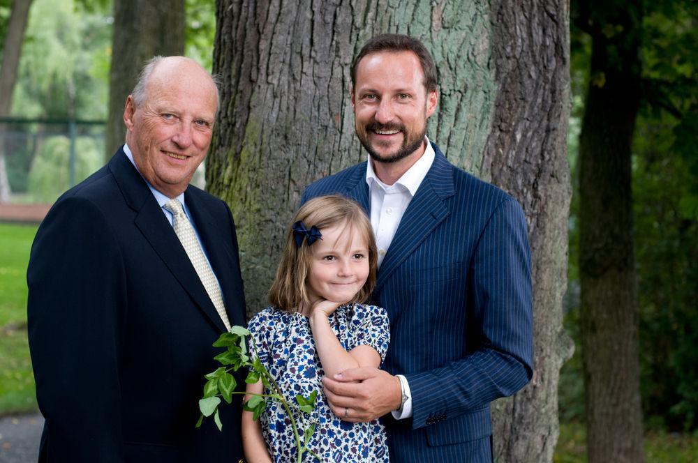 Kong Harald, kronprins Haakon og prinsesse Ingrid Alexandra fotografert på Bygdø kongsgård 25. august 2009.