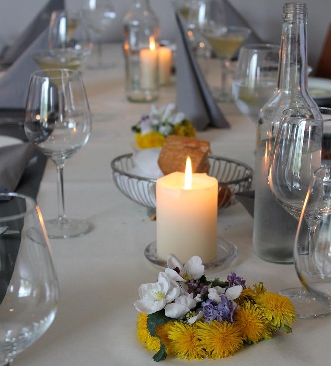 Et bord som er dekket og pyntet med ville blomster. Foto