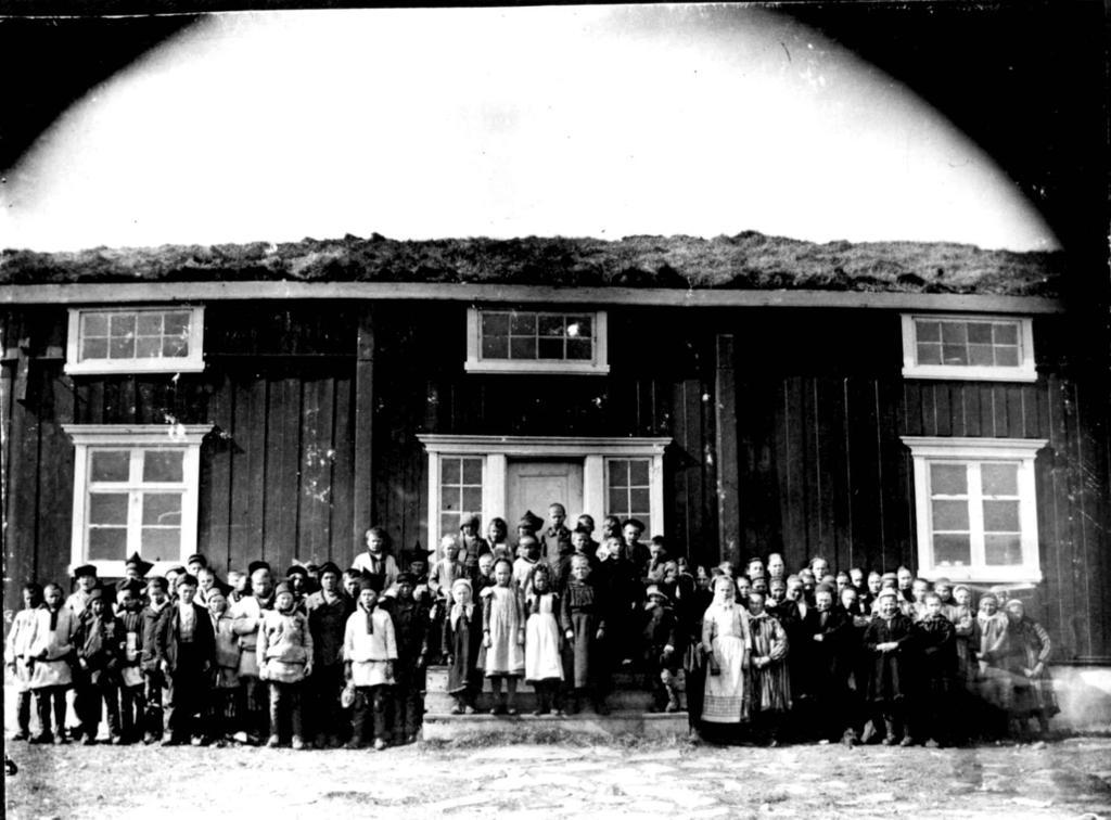 Skolebarn og lærere foran skolebygningen i Kistrand i Porsanger, Finnmark, ca 1901. Foto.