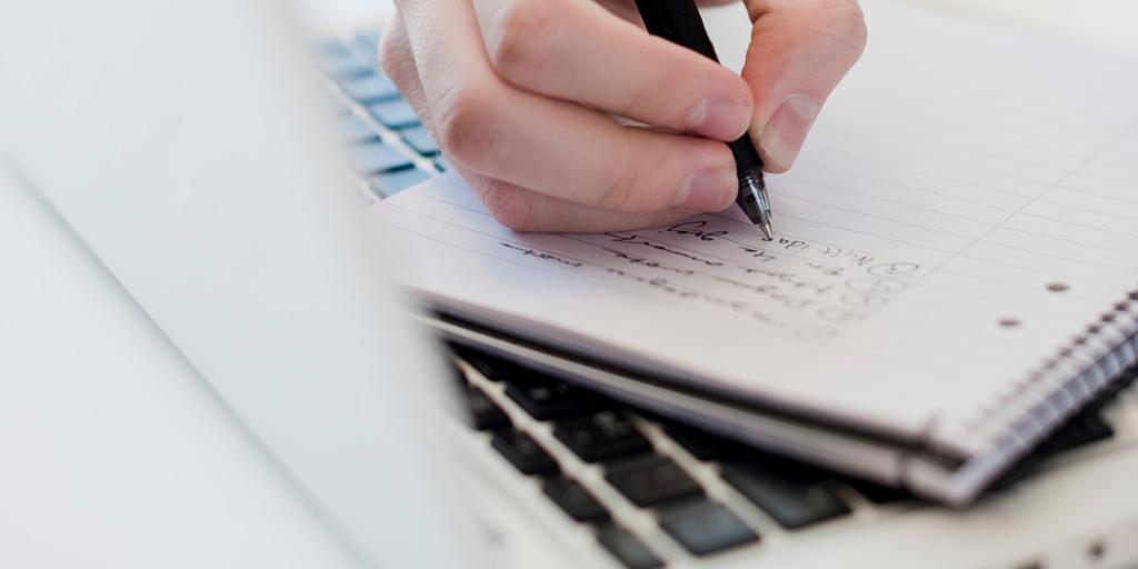 Bilde. Skrive med penn og på datamaskin.