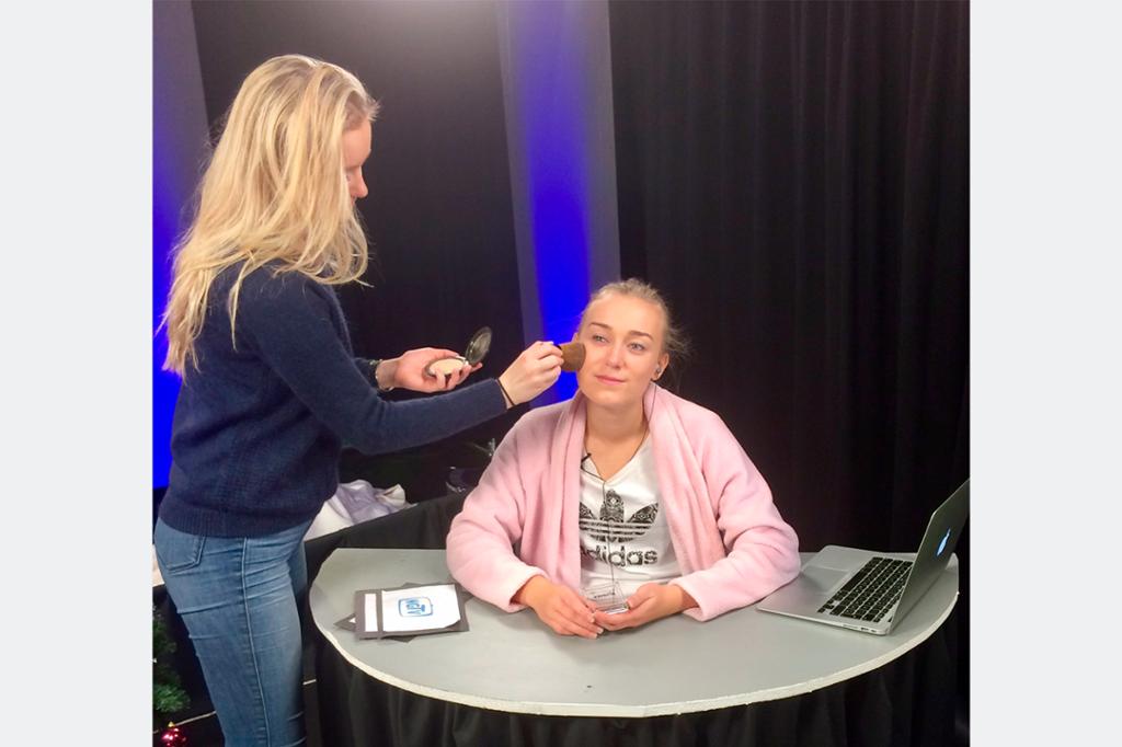 Programleder Maren Opsahl blir sminket i TV-studio på Nordahl Grieg vgs. Foto.