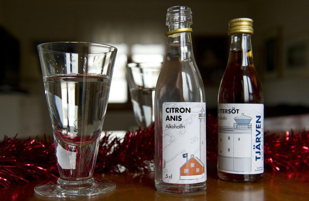 bilde av to flasker med alkoholfri snaps