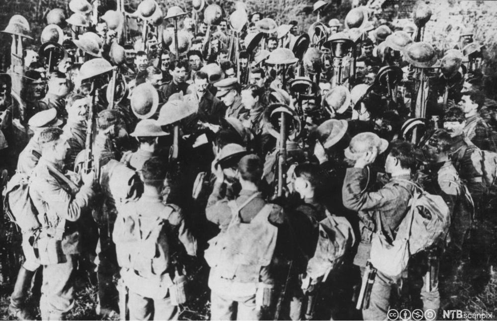 En britisk offiser leser opp teksten i våpenhvileavtalen for britiske soldater på vestfronten, 11. november 1918. Foto.