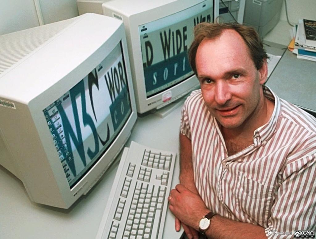 Tim Berners-Lee ved datamaskinen. Foto.