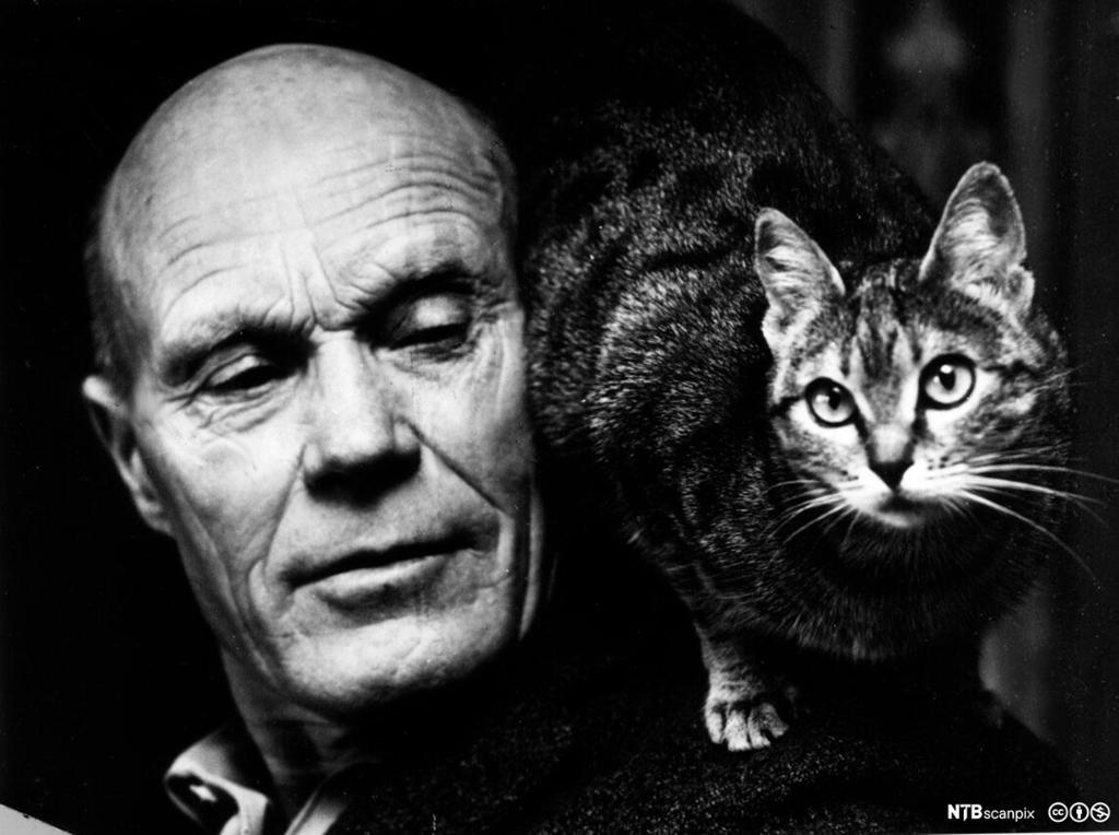 Portrett av mann med katt på skulderen. Foto.