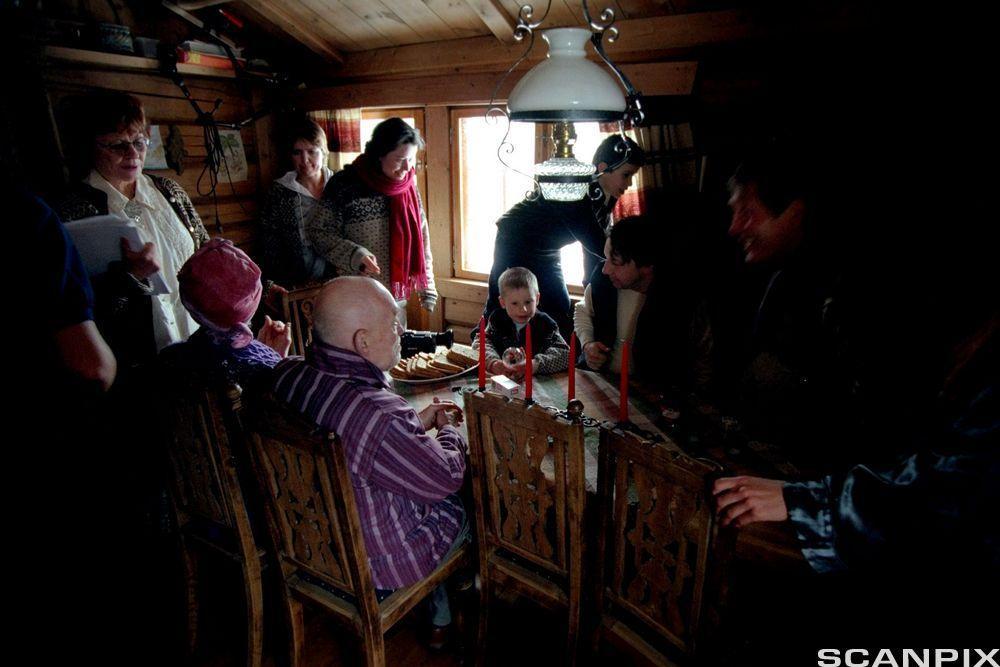 Skuespillere og filmfolk i trang hytte. Foto.