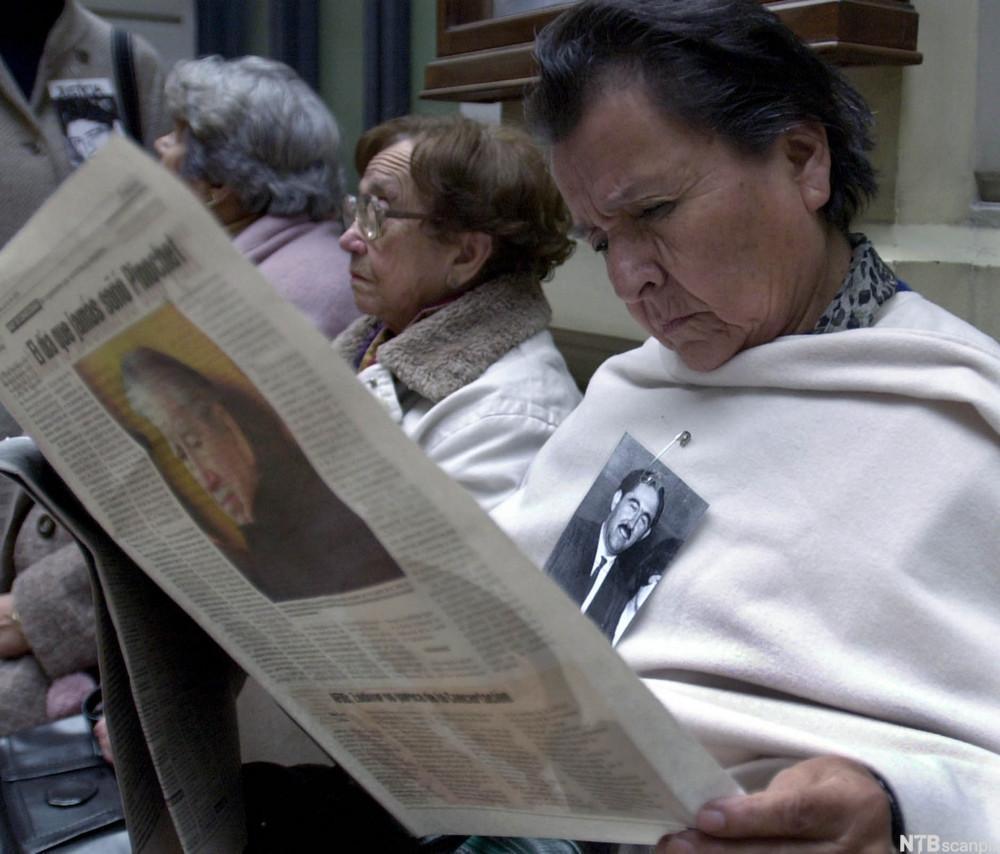 chilensk kvinne leser avis