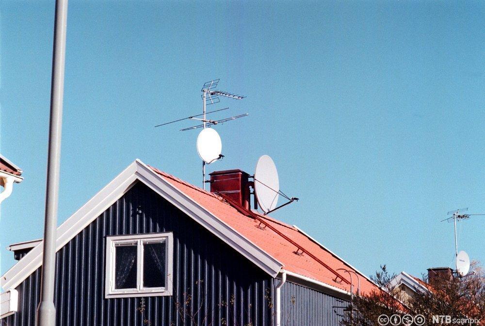 Bilde av antenner på villa. Foto.