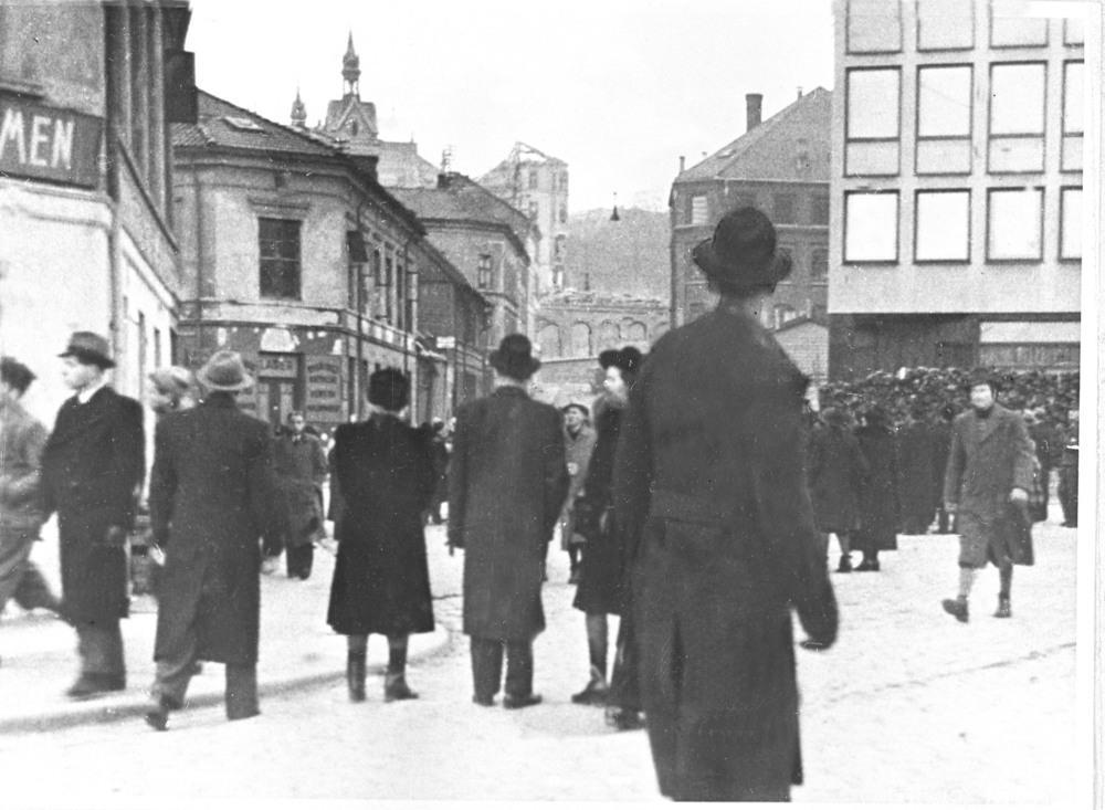 Flyangrep mot Victoria Terrasse i Oslo. Sivilbefolkningen ser mot åstedet.