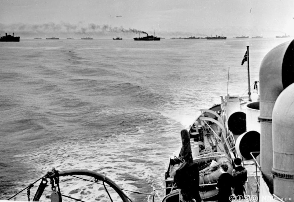 Handelsskip organiserer seg i konvoi på veg ut fra Storbritannia under andre verdenskrig. Eskortert av norsk korvett. Foto.