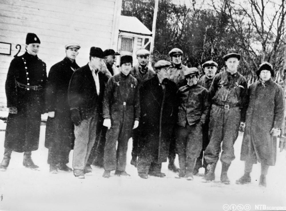 Norske lærere ble arrestert for motstand mot nazifiseringen av den norske skolen. Her er 11 arresterte lærere på tvangsarbeid i Kirkenes våren 1942