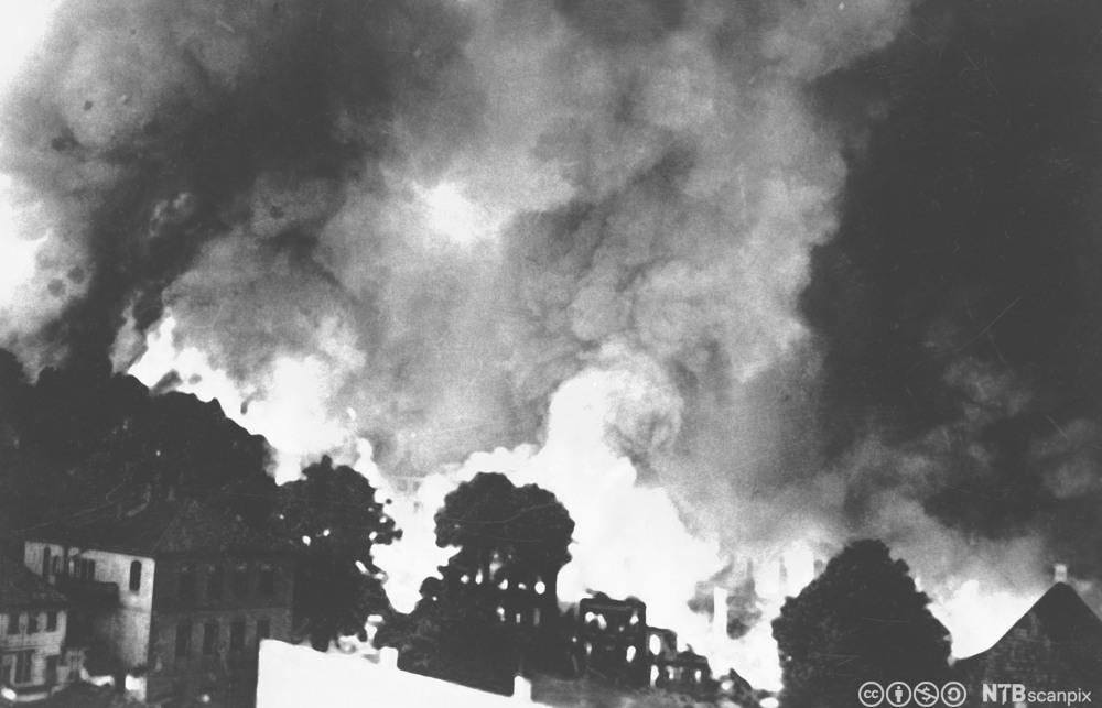Narvik i brann etter tysk flyangrep 1. juni 1940