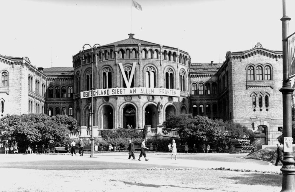 "Stortingsbygget med banneret ""Deutschland siegt an allen Fronten""."