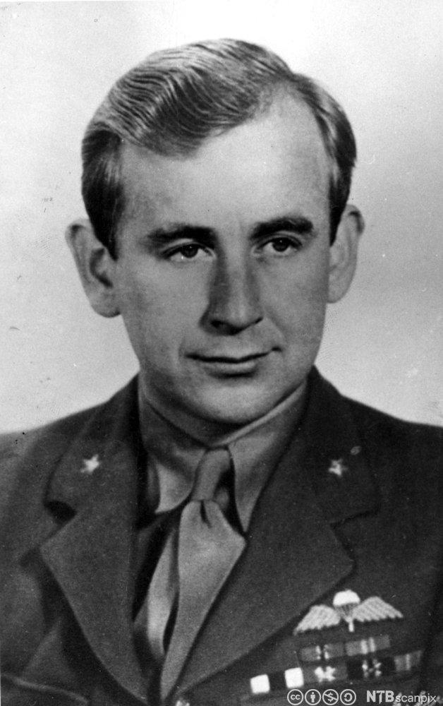 Max Manus (1914-1996) utførte som løytnant i Kompani Linge sabotasjeaksjoner i Norge under okkupasjonen. Portrettet er fra 1945.