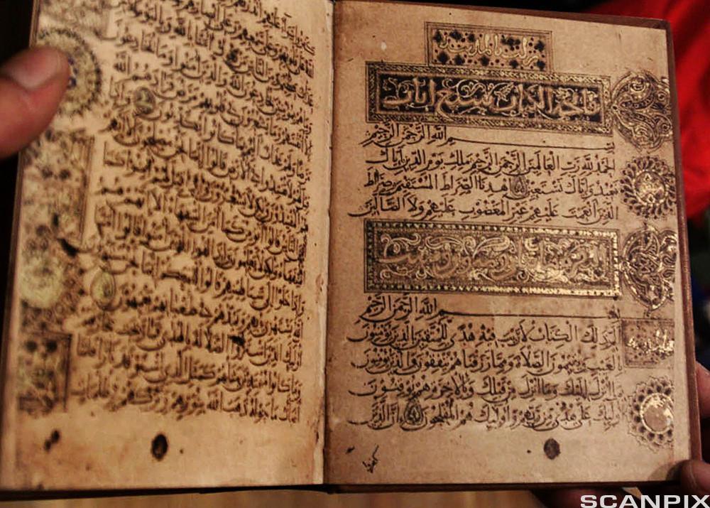 kopi av koranen, illustrert av den islamske kalligrafen Ibn el-Bawab. Foto.