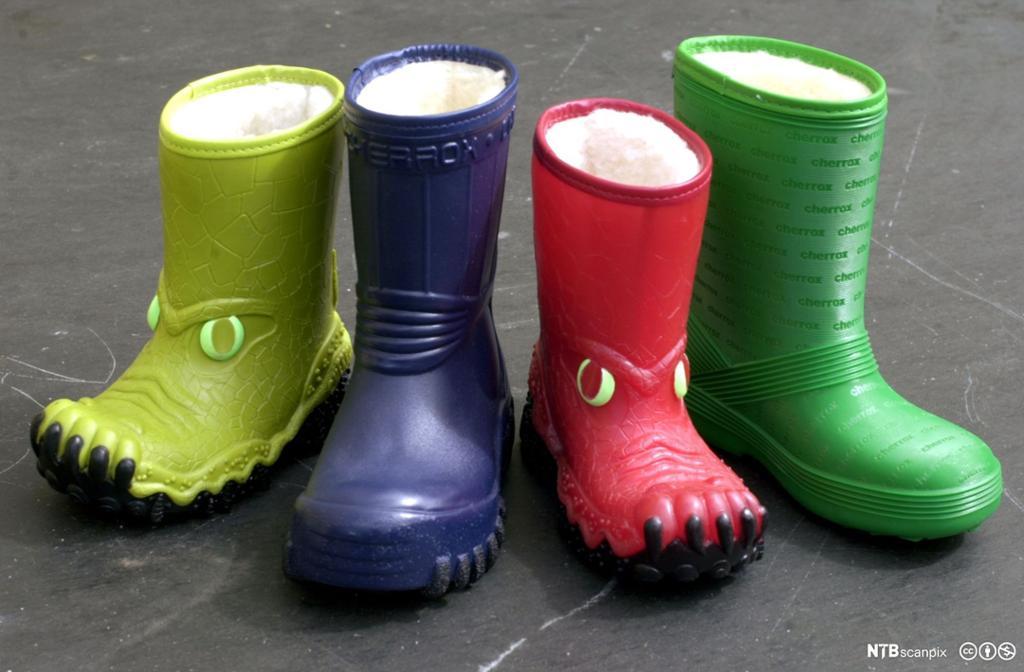 Fire cherrox-støvler på rad: en neongrønn, en mørk lilla, en rød og en signalgrønn. To av støvlene har spesialdesign med dyretrekk og dyreklør. Foto.