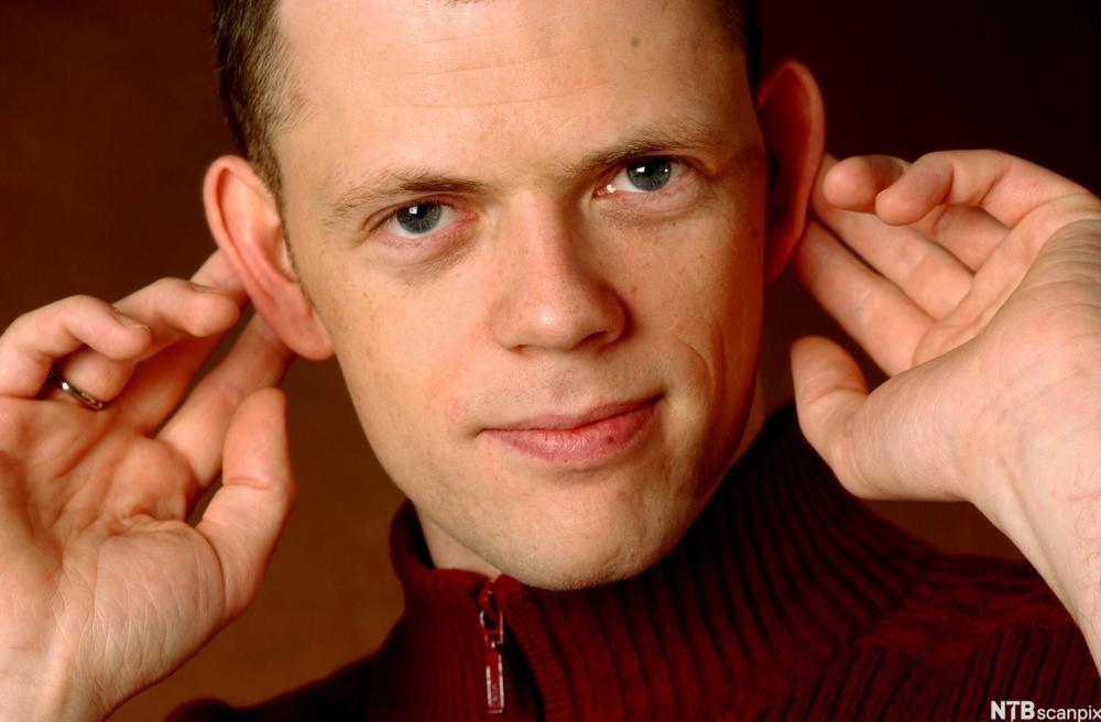 Are Kalvø holder hendene bak ørene. Foto.