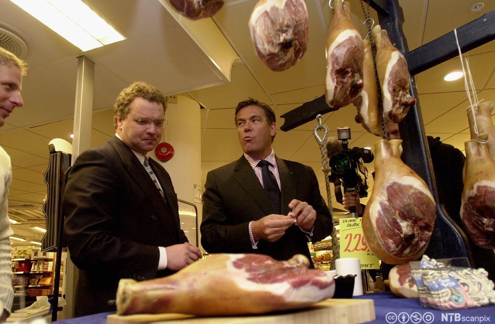 Stein Erik Hagen (t.h.) og landbruksminister Lars Sponheim smaker på spekeskinke. Foto