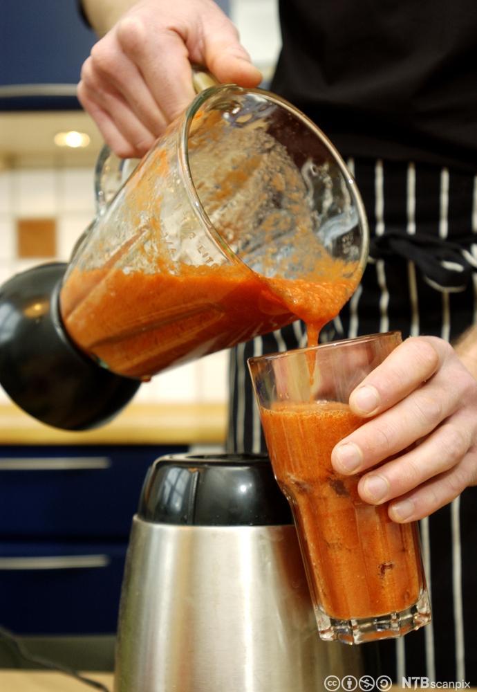 Gazpacho suppe helles fra en blender. Foto.