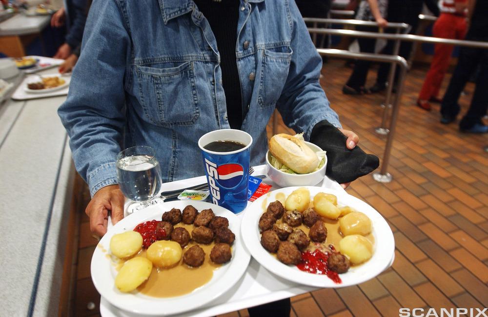 Kjøttboller og Pepsi i restauranten på IKEA. Foto.