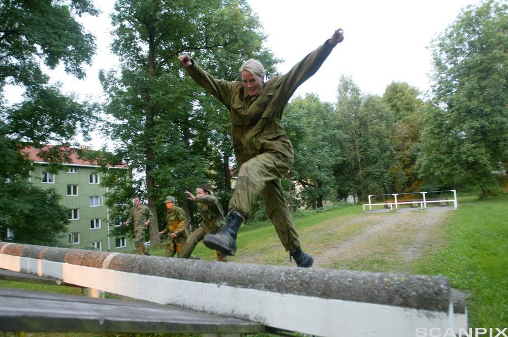 Gro Hammerseng trener spenst sammen med kvinnenes landslag i håndball på Krigsskolen i Oslo.