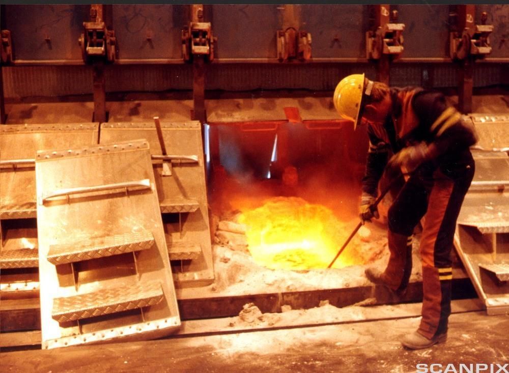 Smelting av aluminium. Elkem Aluminiumsverk, Mosjøen.