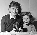 Anne-Cath Vestly med sønnen Jon. Bilde.