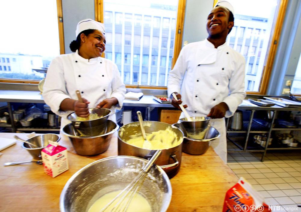 Elevar på Kokk-og servitørfag som lagar vaniljekrem. Foto.