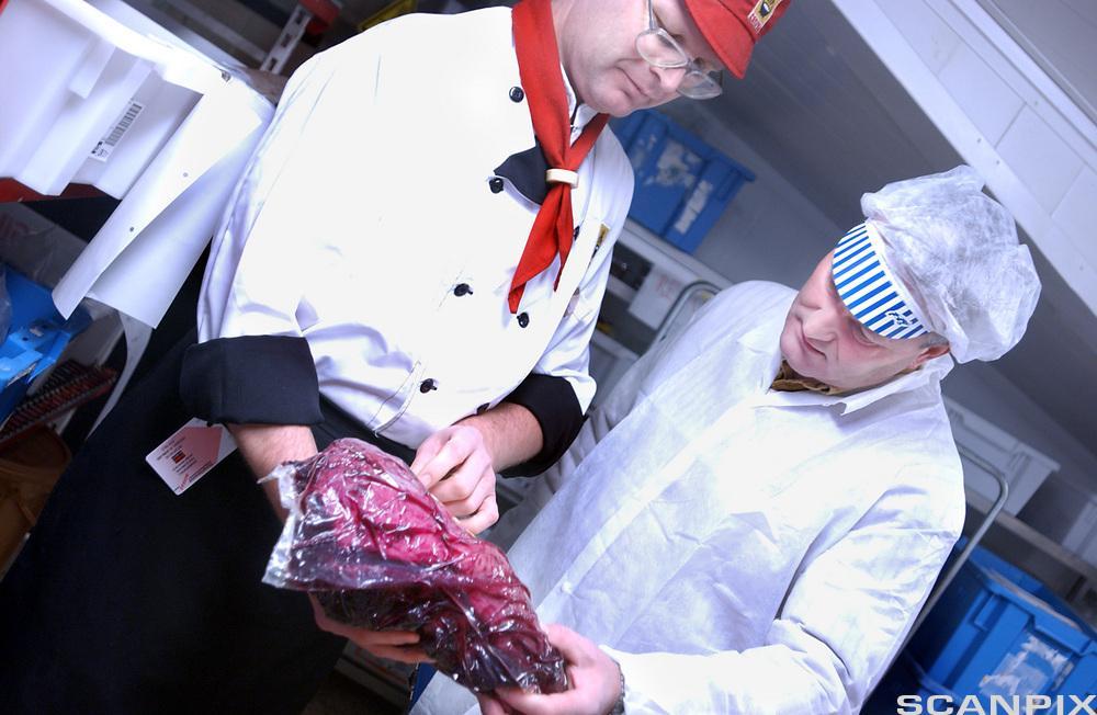 Mattilsynet inspiserer kjøtt. Foto.