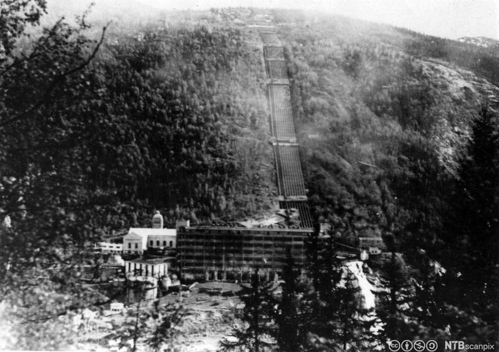 Sabotasjen mot tungtvannsfabrikken på Vemork ved Rjukan fant sted natt til 28 februar 1943. Produksjonen av tungtvann var av stor betydning for de tyske forsøk på å framstille atomvåpen. Her et bilde av fabrikken etter sabotasjen.
