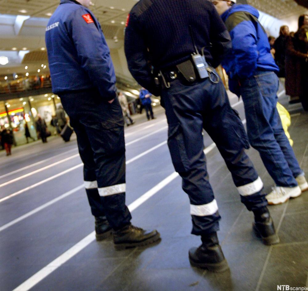 Bilete av to uniformerte vektarar i samtale med ein person på Oslo S. Foto.