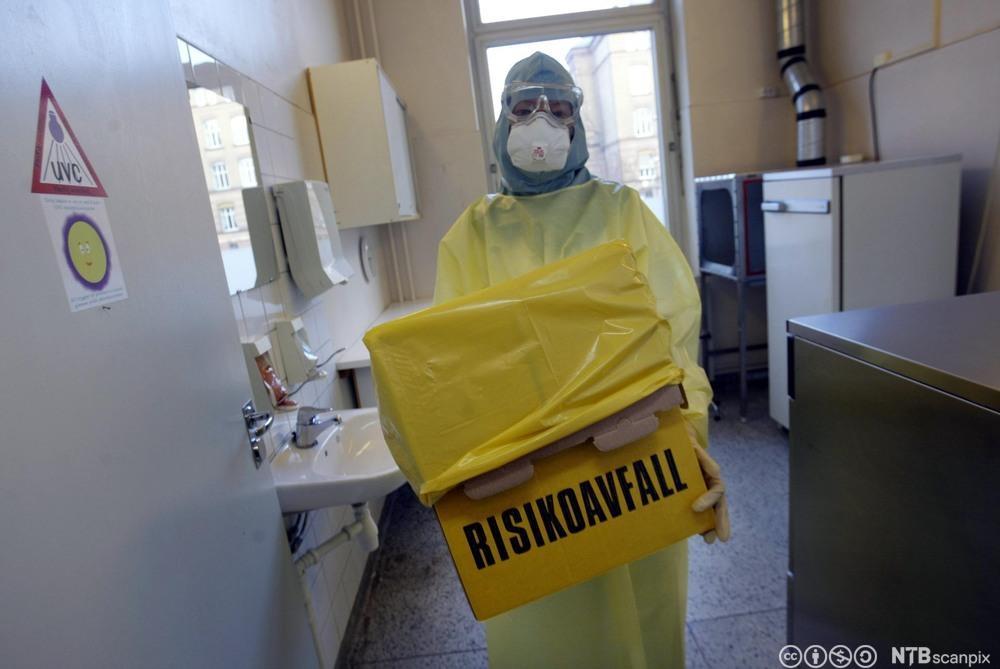 Hygienesykepleier iført vernedrakt. Foto.