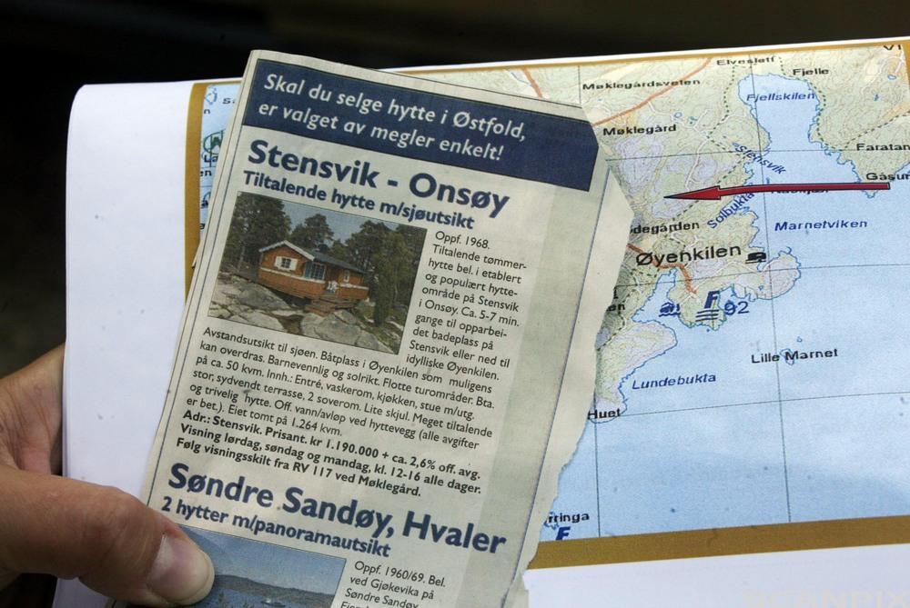 Tømmerhytte med sjøutsikt i en avis-annonse. Foto.