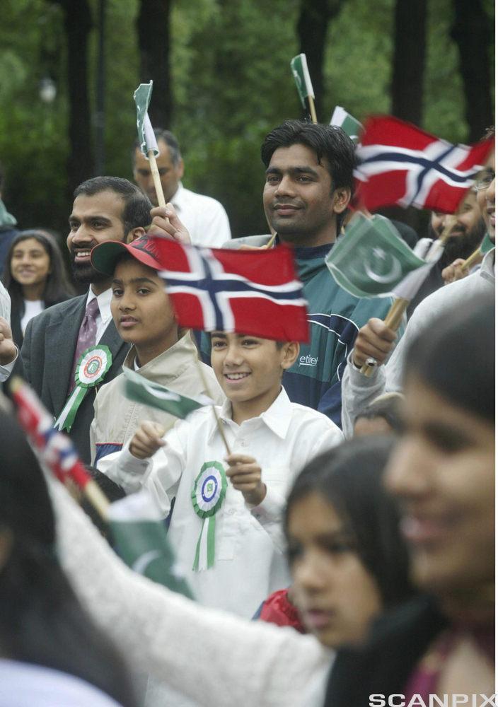 Syttande mai. Barn held flagg. Foto