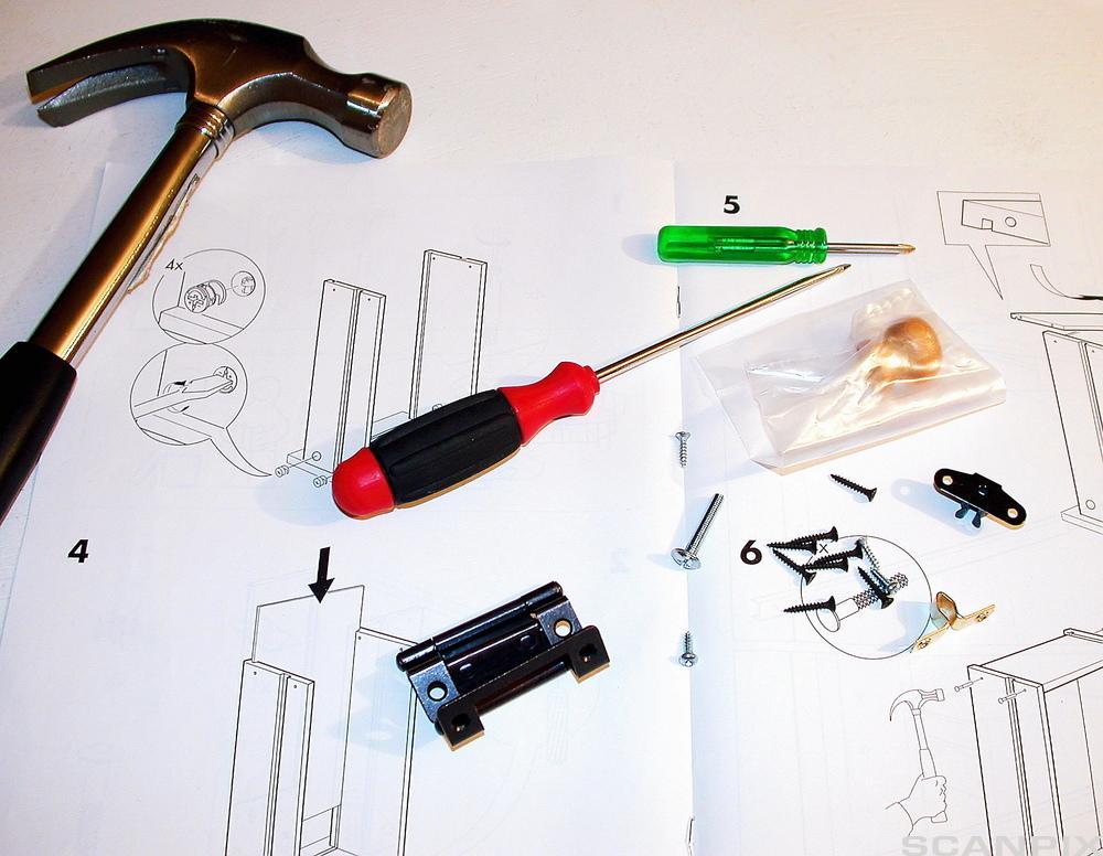 Bruksanvisning og verktøy for å montere flatpakkede møbler fra IKEA.Foto.