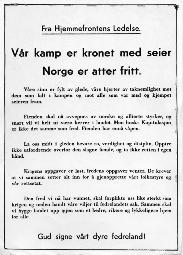 Plakat fra Hjemmefronten den 8. mai 1945. Foto.