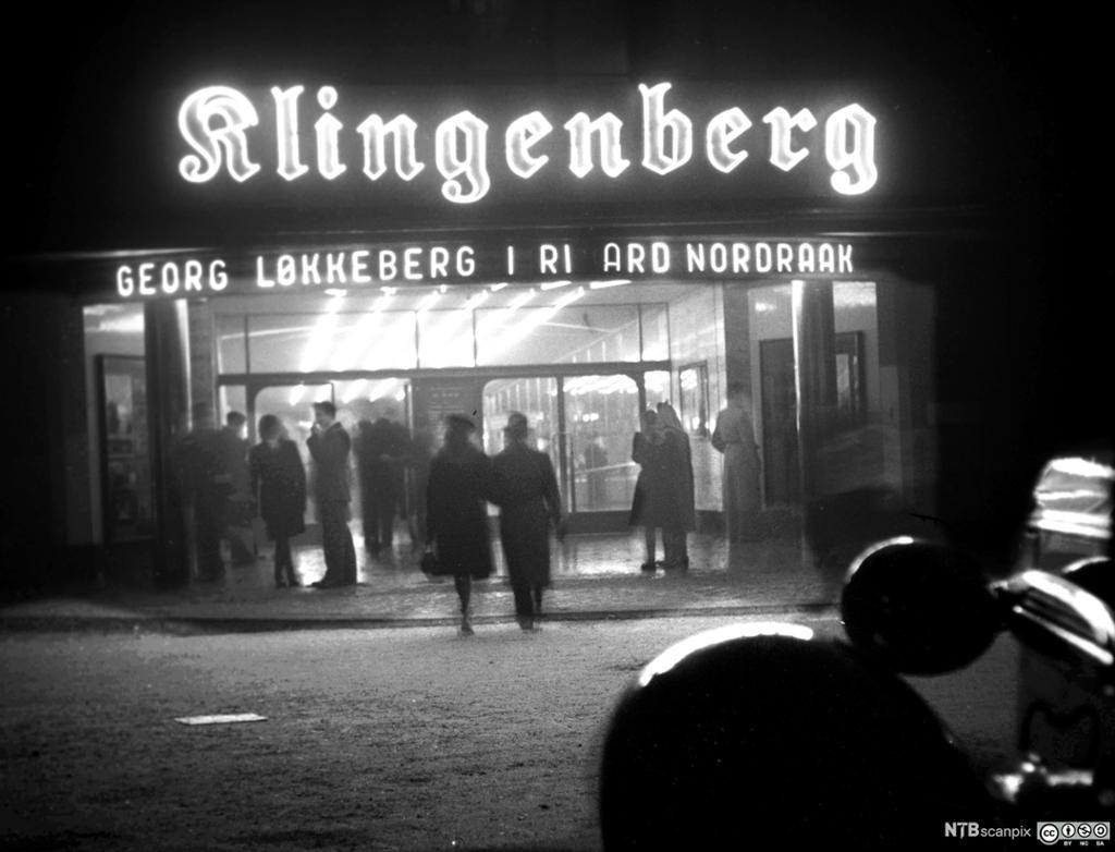 Lysreklame over inngangen til Klingenberg kino. Foto.