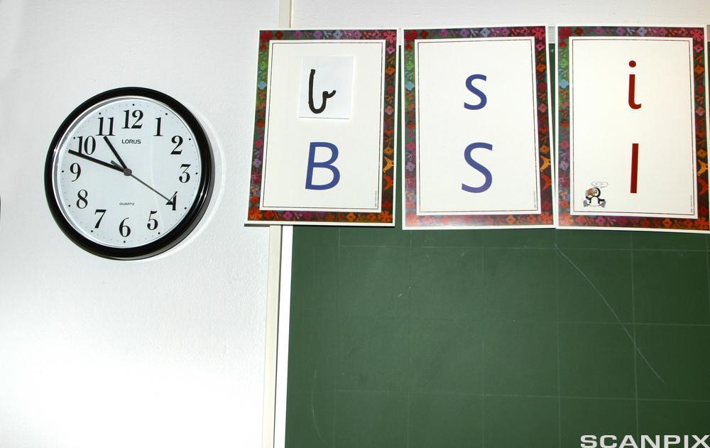 Bokstaver på tavle i klasserom. Foto.