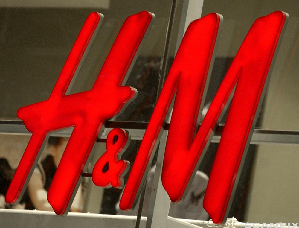 H&M-logo utenfor en butikk. Foto.